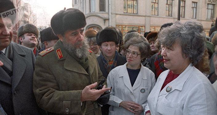 Fidel Castro habla con los ciudadanos soviéticos durante su visita a Moscú en 1986