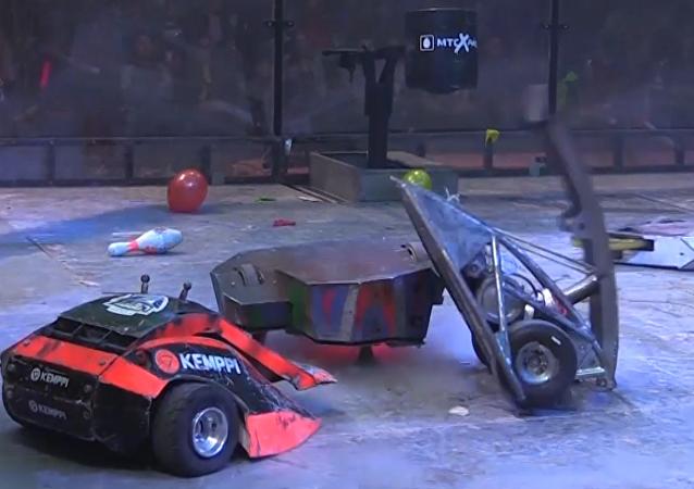 Combate entre robots rusos y británicos durante una competición en San Petersburgo