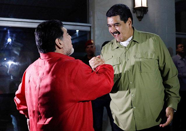 Diego Maradona, el futbolista argentino y Nicolás Maduro, presidente de Venezuela