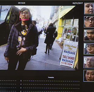 Una pantalla muestra un sistema de reconocimiento facial para la aplicación de la ley