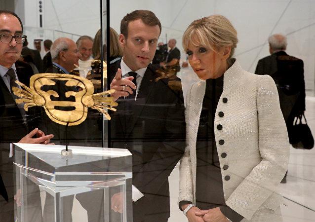 El presidente de Francia, Emmanuel Macron, y su esposa, Brigitte Marcon, en filial de Louvre en Abu Dabi
