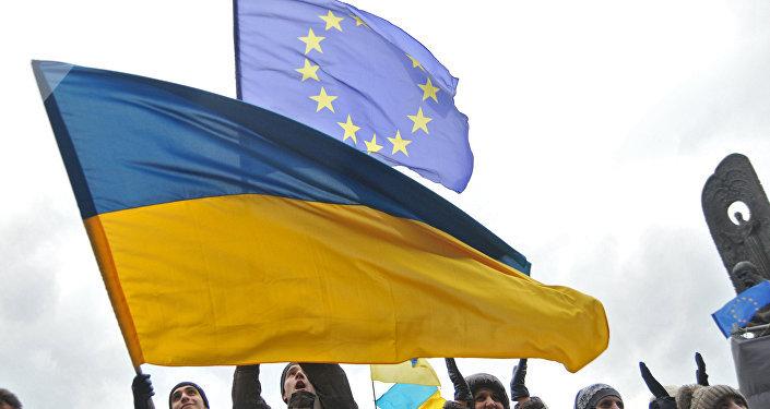 Las banderas de Ucrania y la UE (archivo)