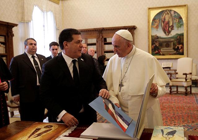 El presidente de Paraguay, Horacio Cartes y el papa Francisco en el Vaticano