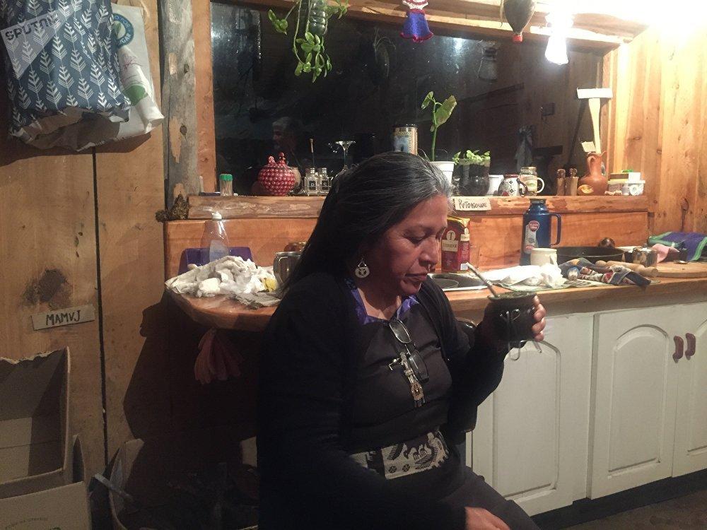 Verónica Hullipan con el mate en su casa