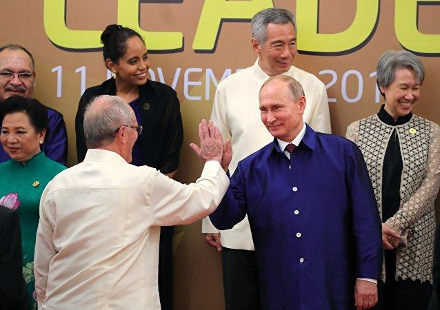 El presidente de Perú, Pedro Pablo Kuczynski, con su homólogo ruso, Vladímir Putin