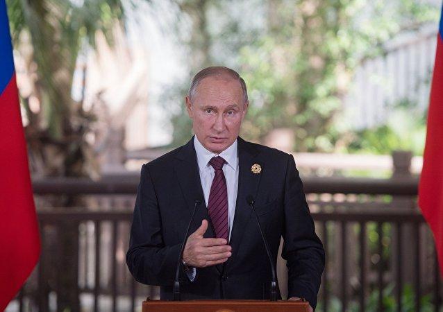 Vladímir Putin, presidente de Rusia, brinda una conferencia de prensa al término dela cumbre de la APEC, 11 de noviembre de 2017, Da Nang, Vietnam