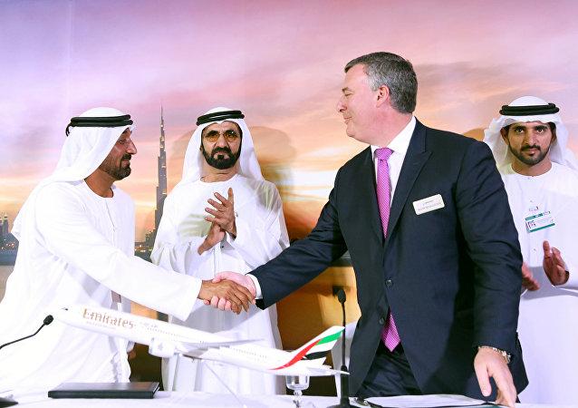 Los representantes de Emirates Airline y Commercial Airplanes Boeing en Dubaí