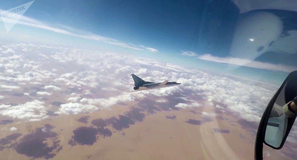 Un avión de la Fuerza Aérea de Rusia sobrevuela Deir Ezzor (archivo)