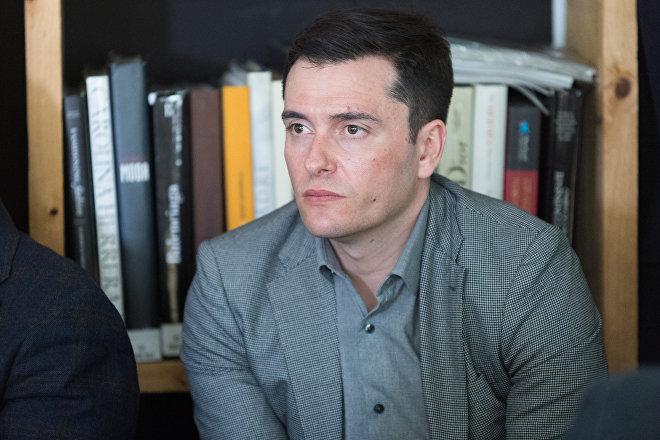 David Alandete, nacido en Valencia en 1978, se graduó de la Universidad de George Washington en 2006, donde estudió gracias a una beca del programa Fulbright.