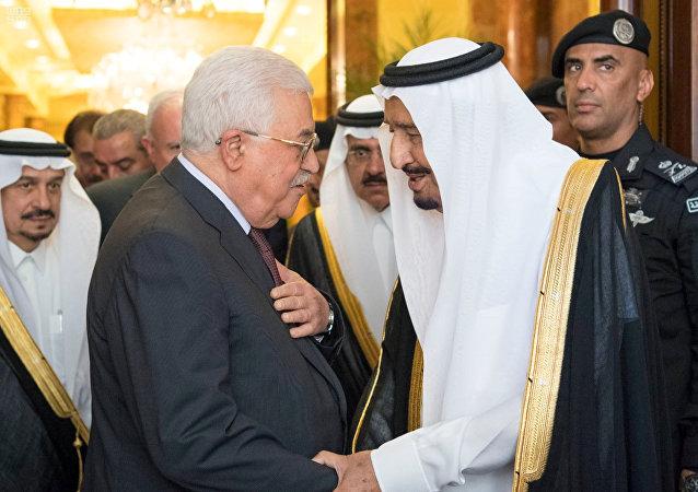 Presidente de Palestina, Mahmud Abás, y el rey de Arabia Saudí, Salman bin Abdulaziz