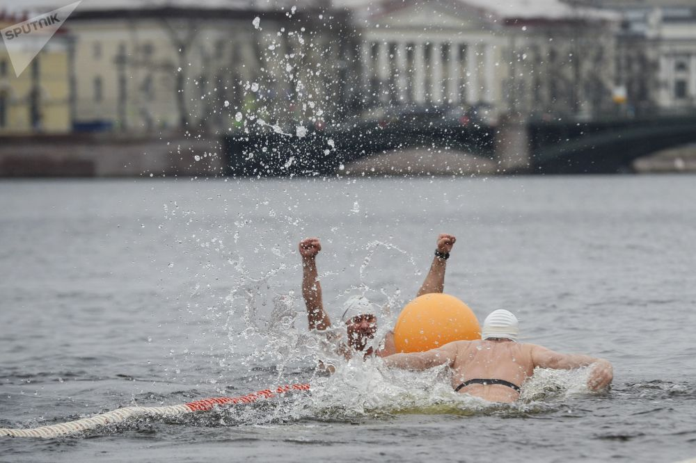 Desafiando al frío y al invierno: el festival de audaces nadadores rusos de San Petersburgo