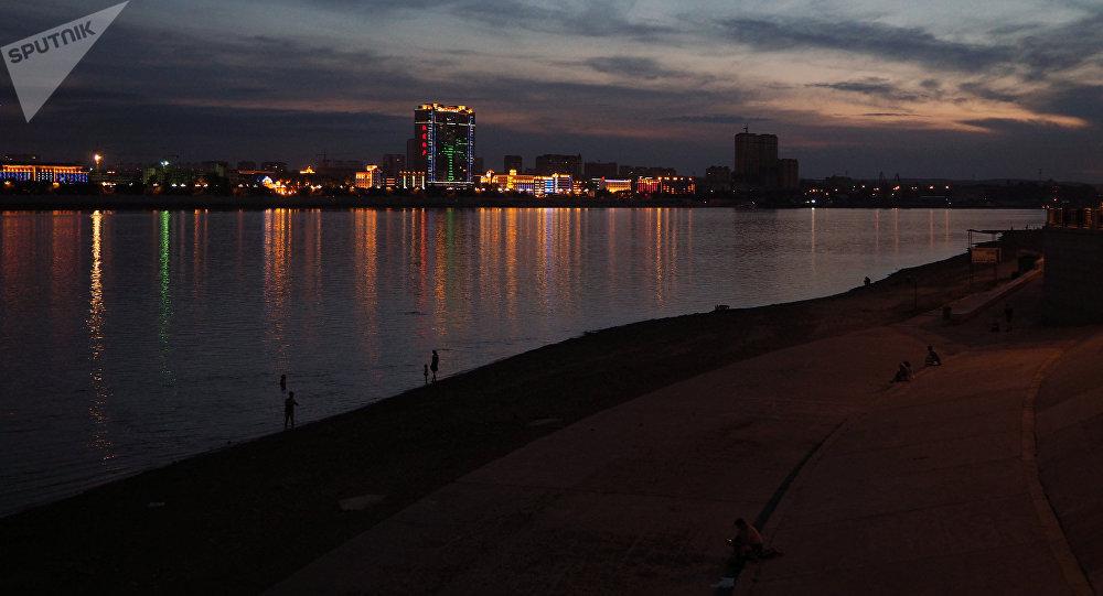 Vista de la ciudad china de Heije desde el terraplén del río Amur en la ciudad de Blagoveshchensk