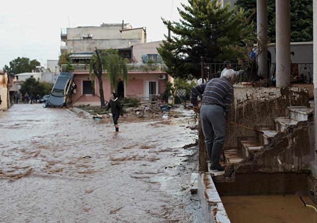 Las consesuencias de inundaciones en las afueras de Atenas
