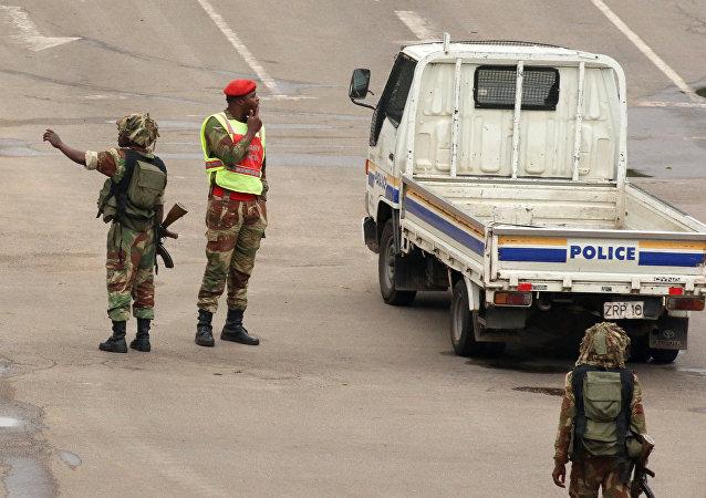 Soldados en las calles de Harare, la capital de Zimbabue