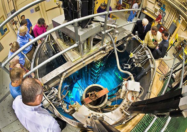 Grupo de científicos cerca del reactor nuclear