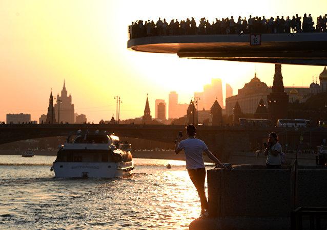 Ribera y mirador del parque Zariadie, en el centro de Moscú