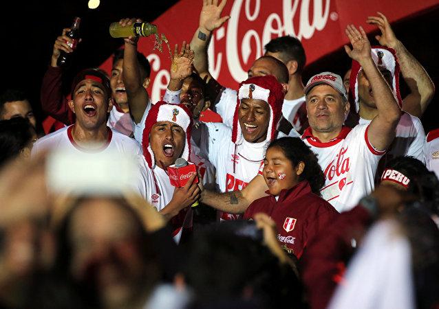 Jugadores de la selección de Perú celebran su victoria