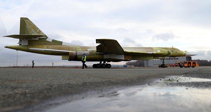 La salida del Tu-160M2 a la pista de aterrizaje de pruebas en Kazán