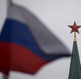 Bandera de Rusia en la Plaza Roja en Moscú