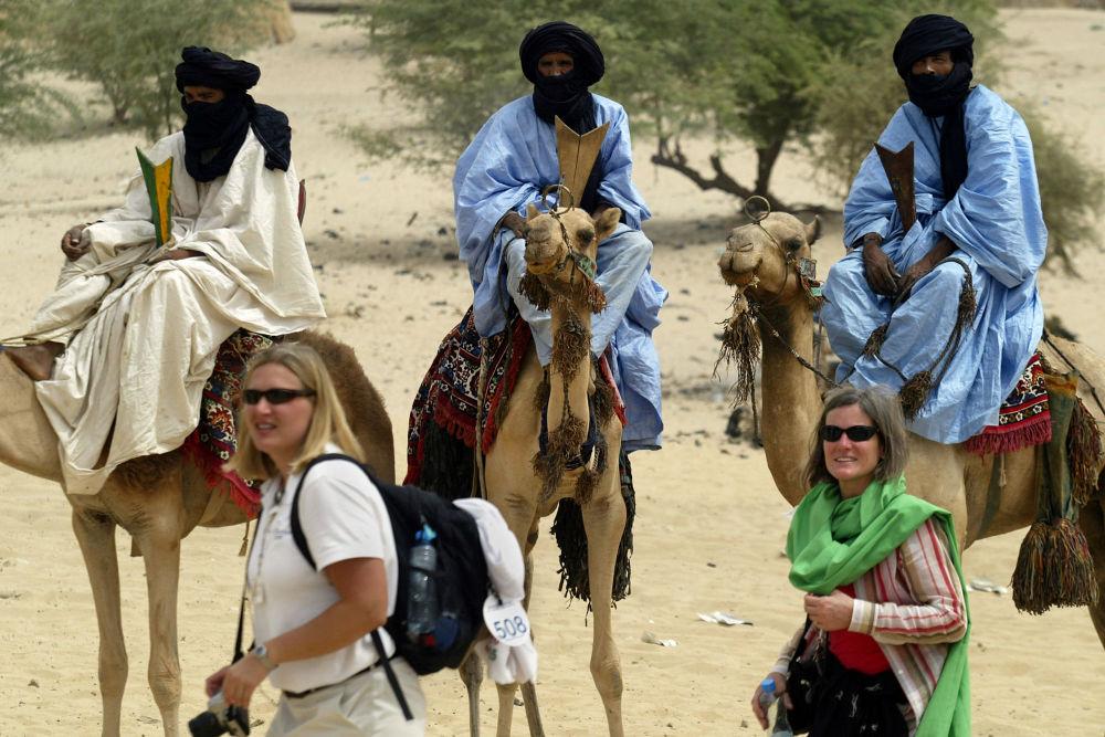 Turistas junto a los nómadas tuareg en Mali, 2004