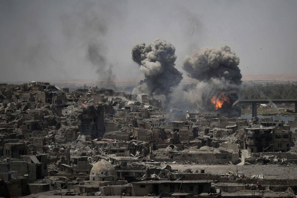 Los ataques aéreos contra los terroristas en Mosul, Irak