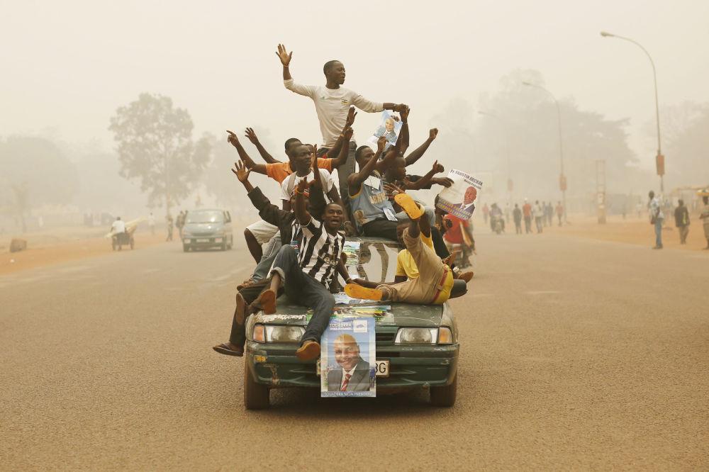 Ños partidarios del candidato presidencial Faustin-Archange Touadera en una calle de Bangui
