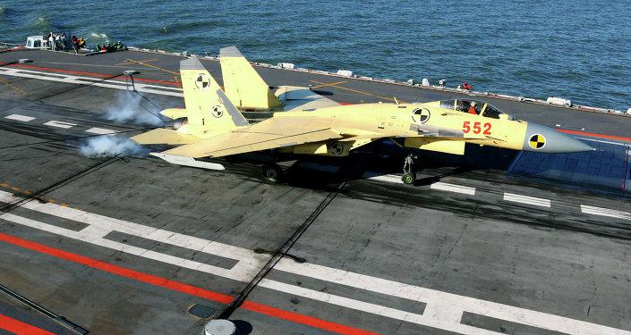 El caza chino J-15 aterriza en el portaviones Liaoning