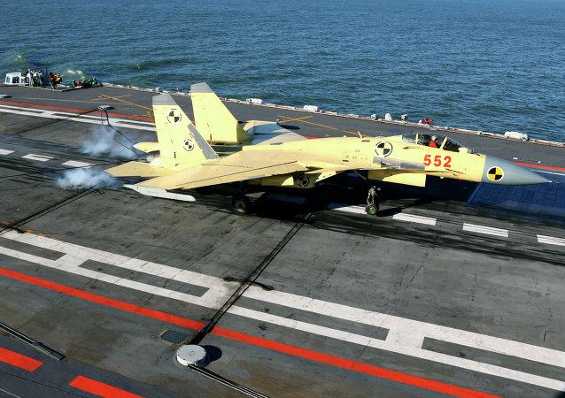 Un caza embarcado J-15 durante el aterrizaje sobre el portaviones chino Liaoning (archivo)