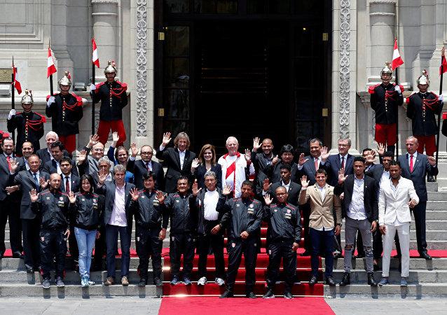 El presidente de Perú, Pedro Pablo Kuczynski con la selección de fútbol peruana