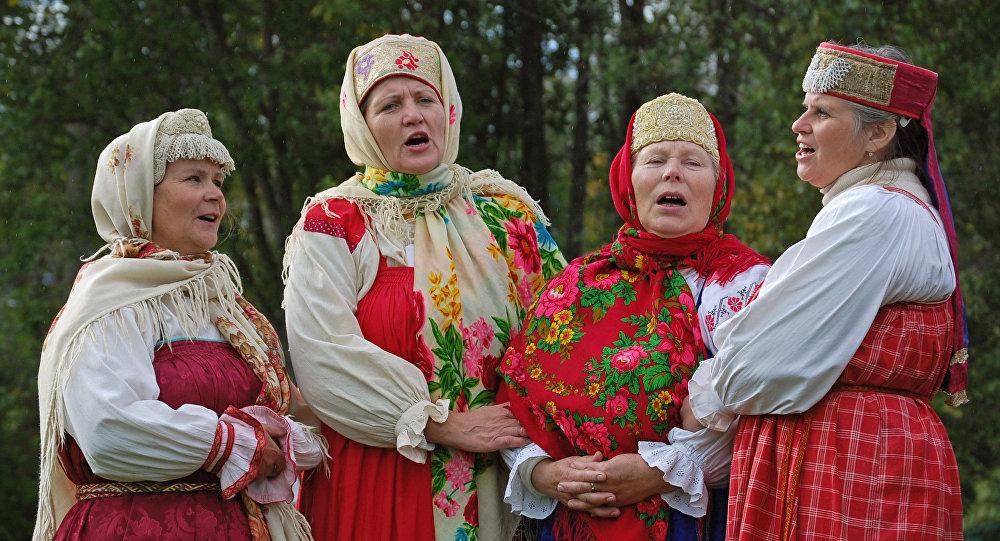 Una presentación de canto tradicional ruso en el Museo Malie Koreli de arquitectura de madera, en Arjánguelsk