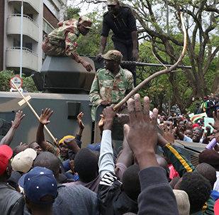 Manifestantes de Zimbabue se dirigen a la residencia del presidente Robert Mugabe para pedir su dimisión