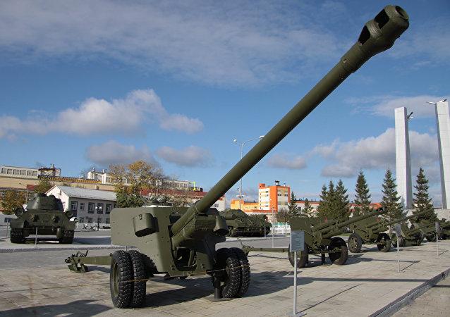 Сañón antitanque soviético BS-3 en el museo de la ciudad Verjnaya Pichma (archivo)