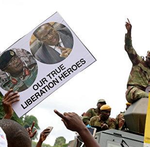 Opositores y militares en Zimbabue