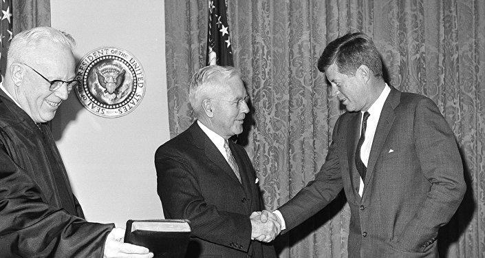El director de la CIA, John McCone, y el presidente de EEUU, John F. Kennedy