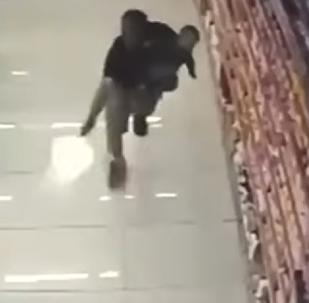 Impactante: un policía mata a dos ladrones mientras sostiene a su bebé en brazos
