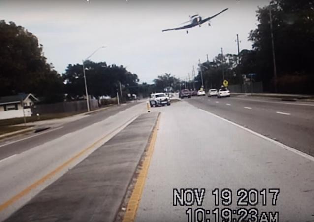 Una avioneta aterriza en plena calle a toda velocidad
