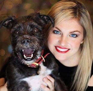 Una muchacha y su perro