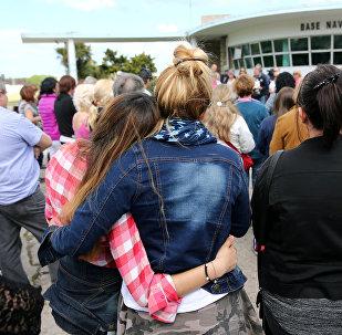 Dos mujeres se abrazan mientras otros oran por los 44 miembros de la tripulación del submarino argentino desaparecido