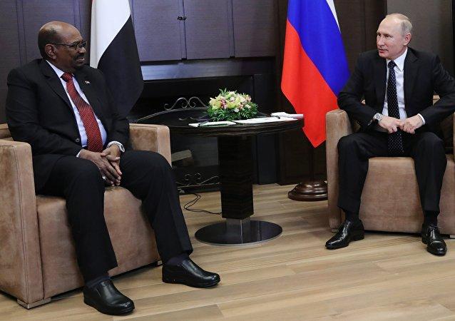 El presidente ruso, Vladímir Putin con su par sudanés, Omar Bashir
