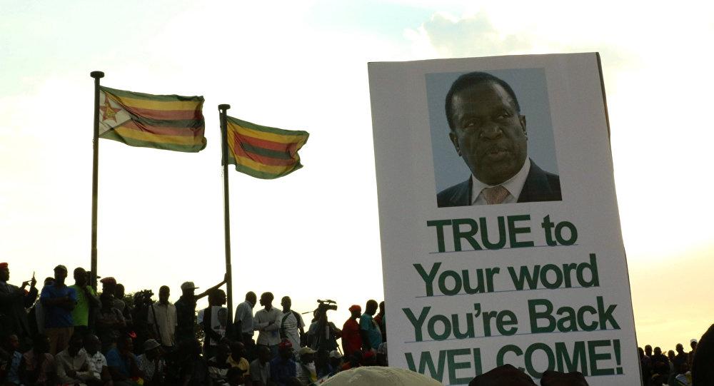Los partidarios de Emmerson Mnangagwa, nuevo presidente de Zimbabue, con su retrato