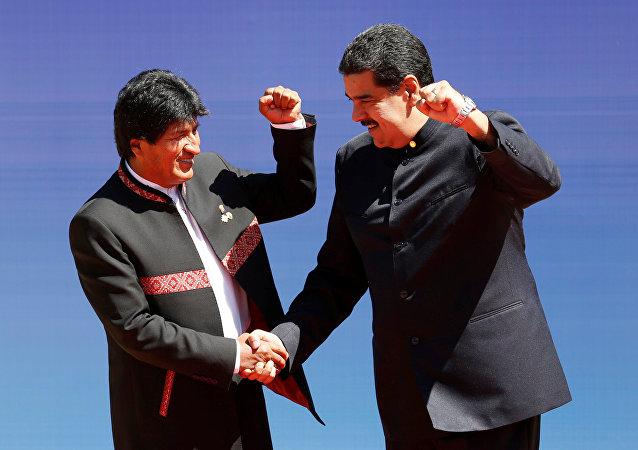 El presidente de Bolivia, Evo Morales, saluda a Nicolás Maduro, presidente de Venezuela