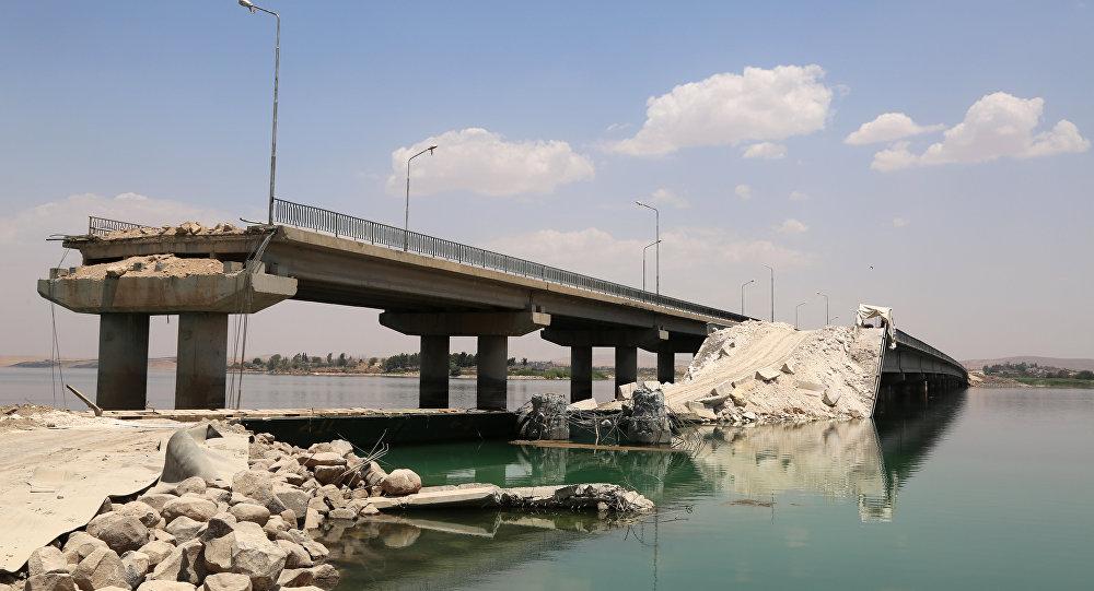 Un puente destruido por Daesh en Siria