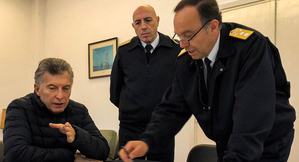 El contralmirante Gabriel González, jefe de la Base Naval de Mar del Plata, habla a Mauricio Macri, presidente de Argentina, acerca del submarino desaparecido ARA San Juan