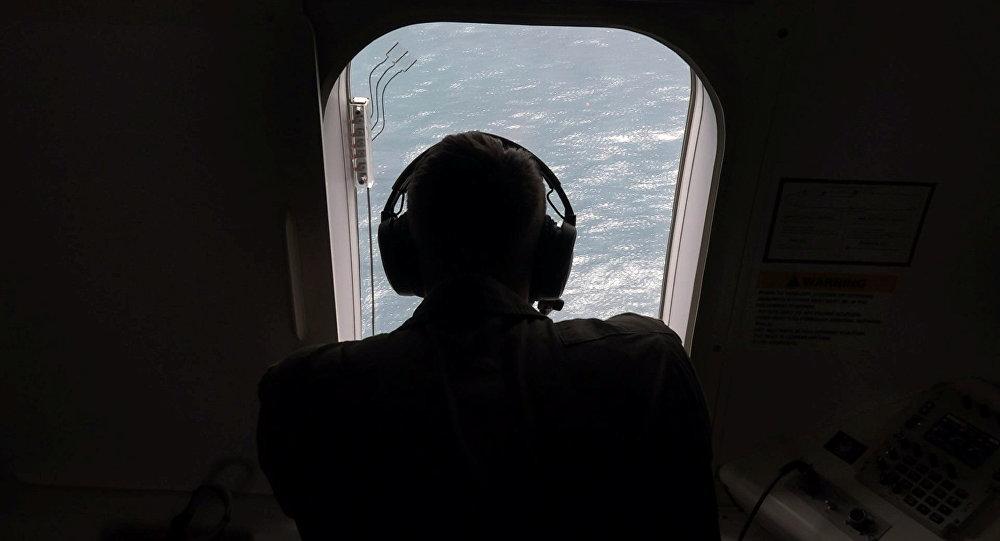Un oficial de la Marina de EEUU ayuda a buscar el submarino ARA San Juan
