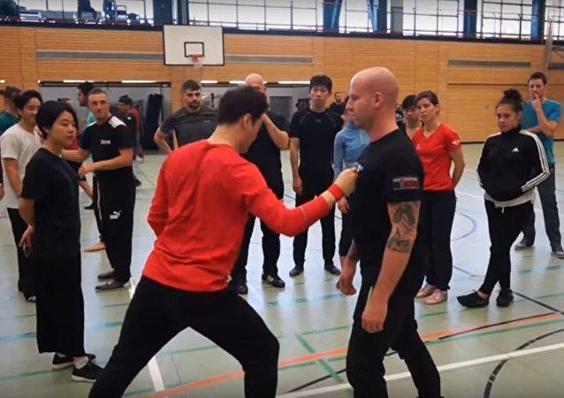 El instructor surcoreano de artes marciales DK Yoo