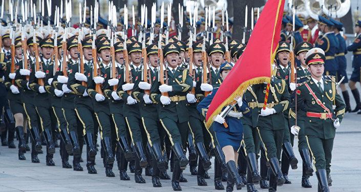 Guarnia de honor de China durante la visita del presidente de Yibuti, Ismail Omar Guelleh, a Pekín