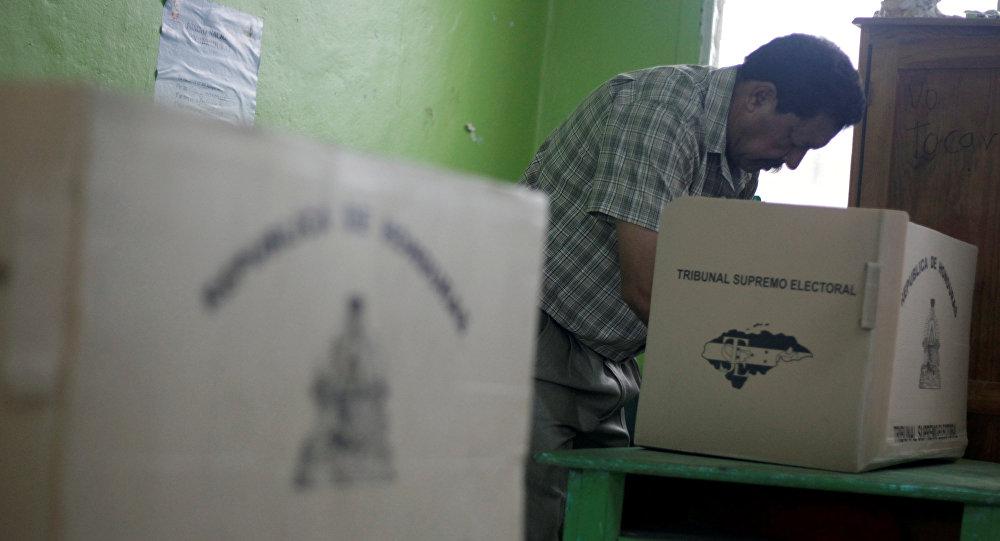 Luis Zelaya vota y dice que ganará las elecciones