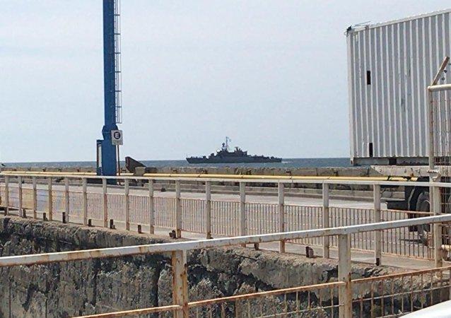 La corbeta argentina Robinson que no puede amarrar en el puerto de Comodoro Rivadavia debido a los intensos vientos