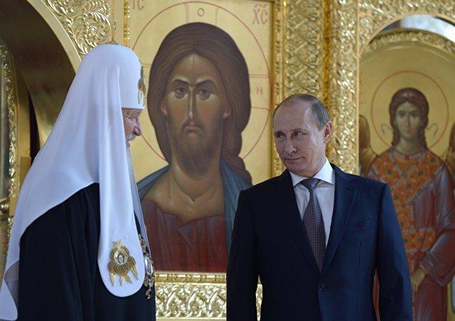 Vladímir Putin, presidente de Rusia, (drcha.) y el patriarca Kiril (izda.) en la iglesia de San Vladímir