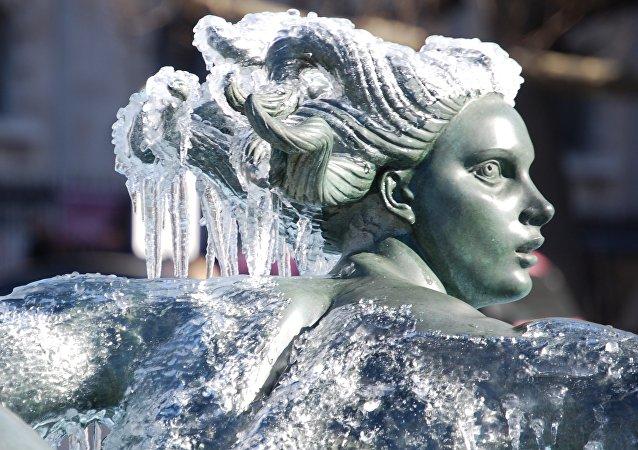 Una estatua de piedra